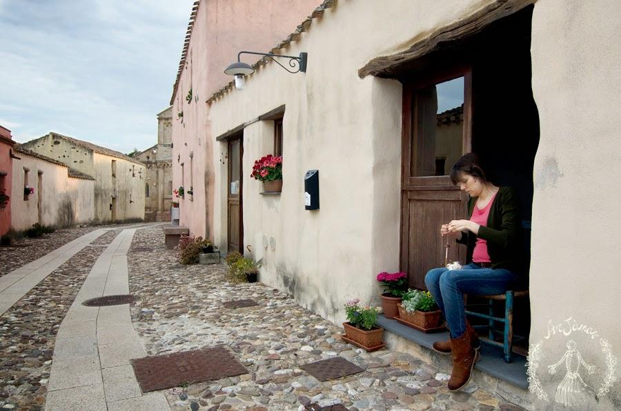 filatura della lana lungo le vie del borgo di tratalias