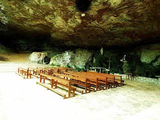 Bancos de igreja, sob a Gruta Nossa Senhora de Lourdes, Galópolis, Caxias do Sul