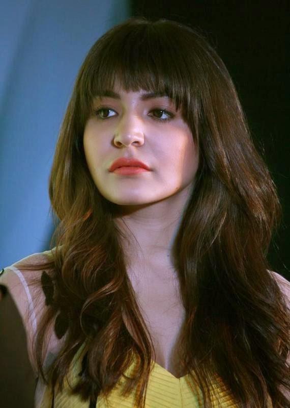 Anushka Sharma Hot kiss and cleavage photo