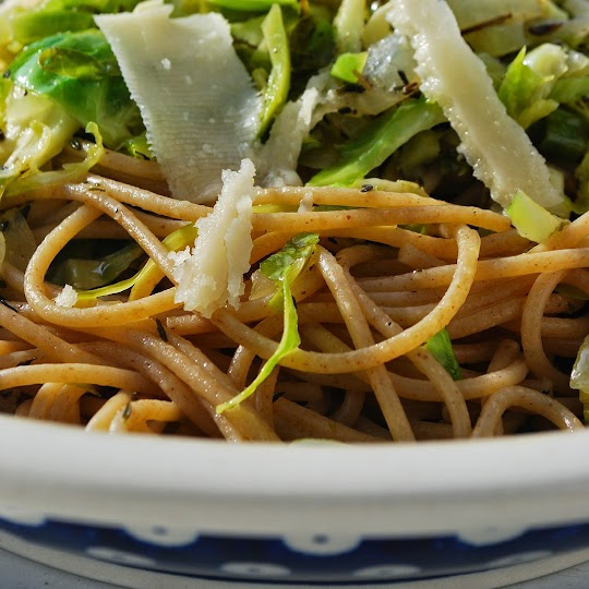 Spaghetti razowe z brukselką