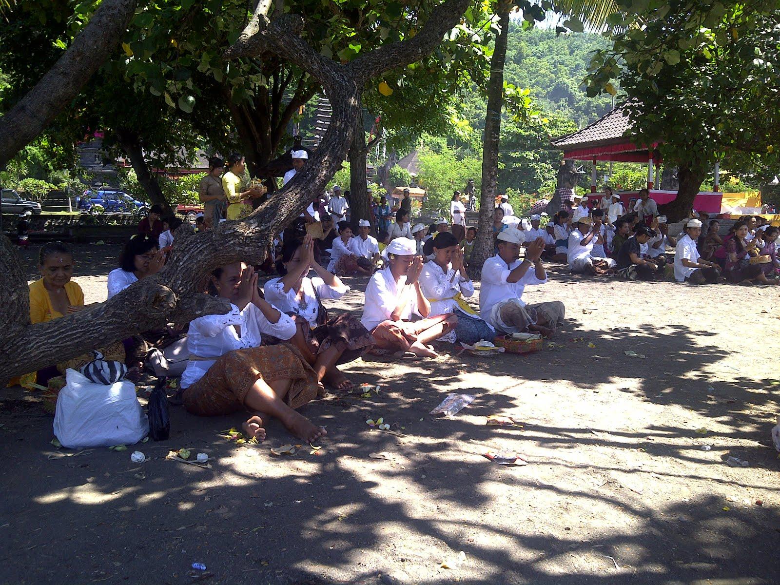 Devotos balineses, Templo Goa Lawah, Bali, vuelta al mundo, round the world, La vuelta al mundo de Asun y Ricardo