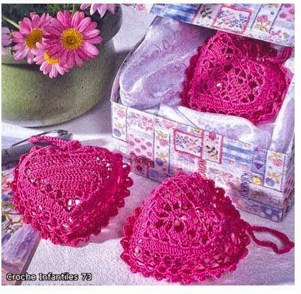 perfumeros con forma de corazon tejidos al crochet