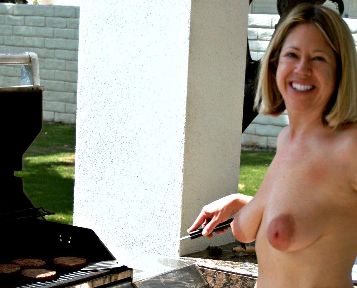 http://4.bp.blogspot.com/-vYkc3YhH7_Q/TwjJttmbzLI/AAAAAAAAEb0/rP7imPwANjQ/s1600/topless%2BBBQ%2B1.jpg