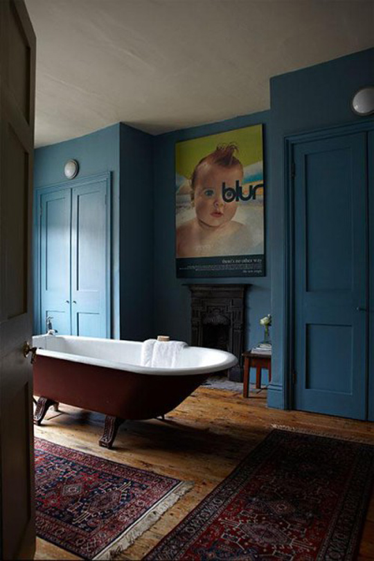 very cool dark blue bathroom