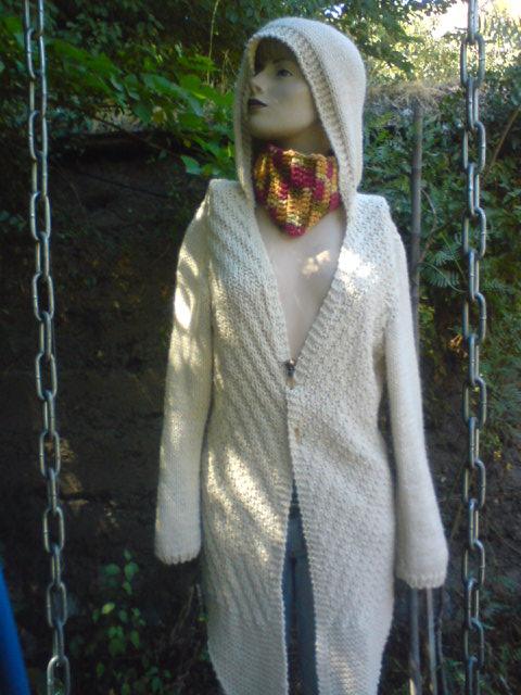 Abrigo con capuchón tejido a palillos, color blanco invierno.