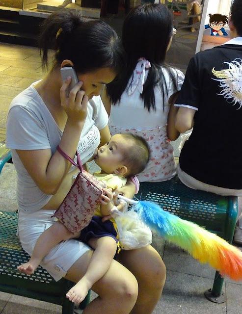 Ekspresi Ibu Muda Menyusui di depan Umum