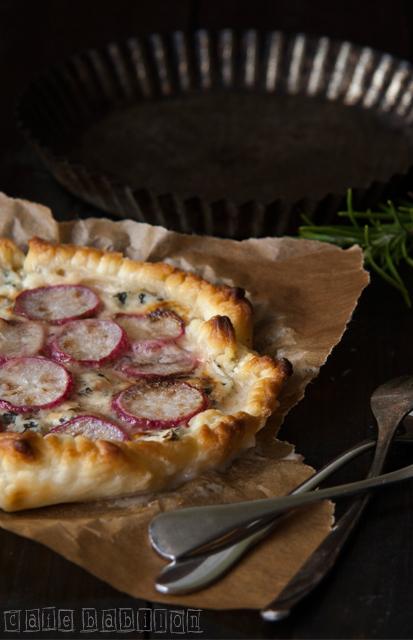 Tarta z grillowanymi rzodkiewkami i serem pleśniowym