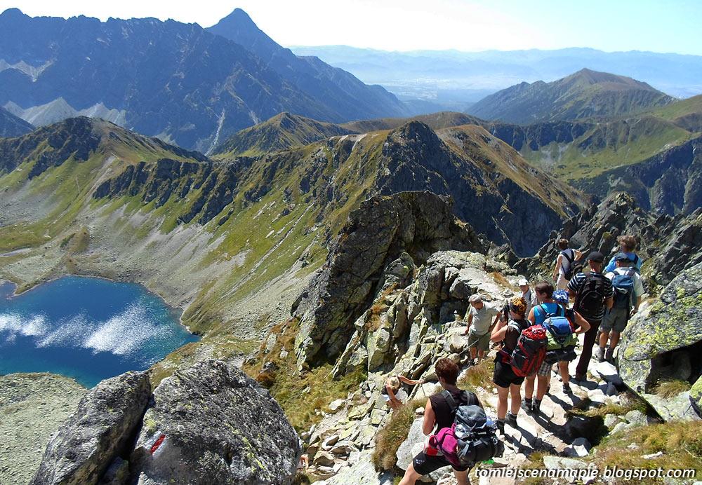 Świnica, zejście na Zawrat, turyści w górach