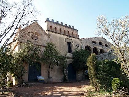 Façana nord de Can Vila amb la capella neogòtica dedicada a la Santa Fe