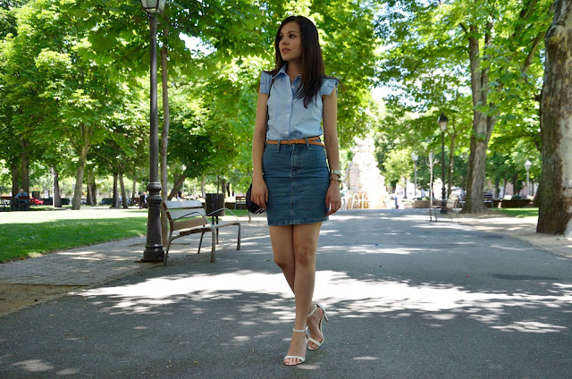 falda-denim-camisa-azul-look-blue