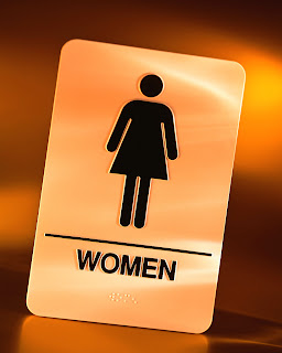 7 Hal yang Biasa dilakukan Wanita Ketika di Toilet Umum