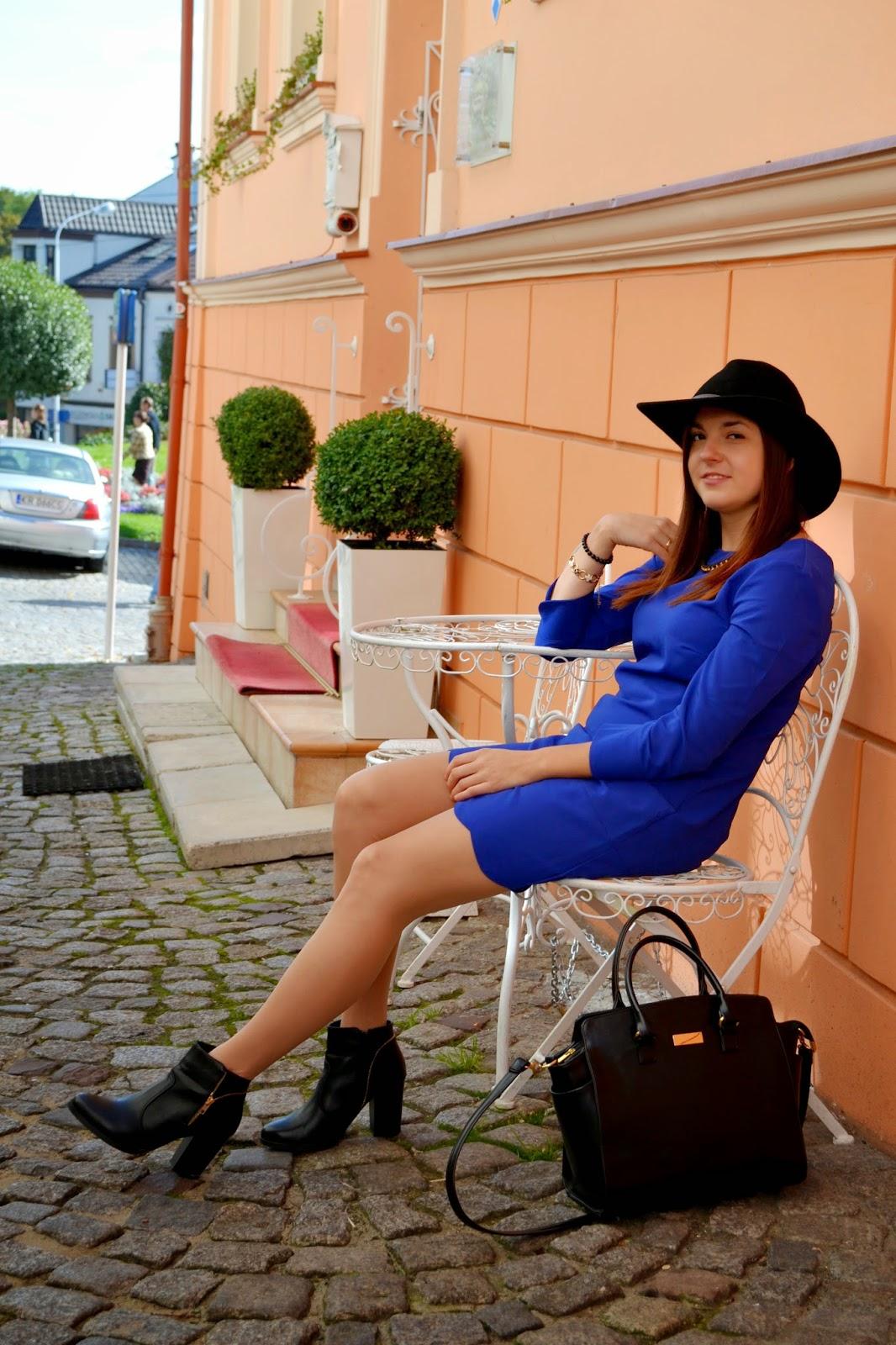 czarne botki na jesień, czarny kapelusz, niebieska sukienka, stylizacja na jesień