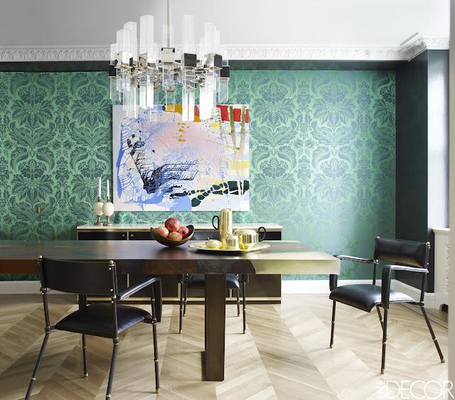 Einrichten mit Tapete – Wohnen mit Eleganz: Blumenmuster zum Stuck im Esszimmer