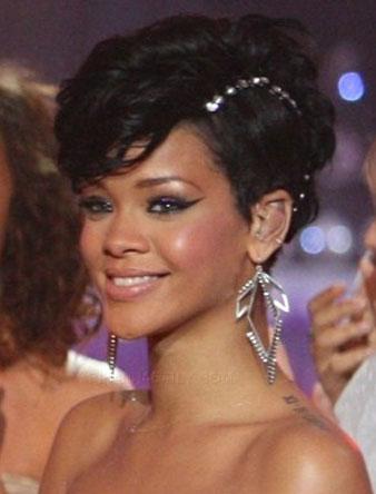 Rihanna kısa kabarık saçlarını inciler ile süslettirerek değişik bir saç modeli elde etmiştir.