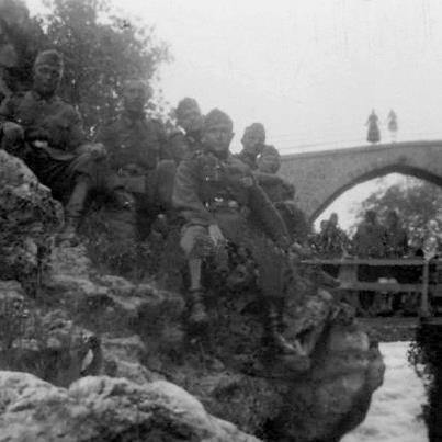 Ποτάμι. στο βάθος η χτιστή γέφυρα που