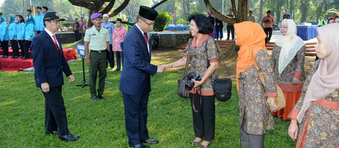 Salaman dengan Rektor, Prof. Herry Suhardiyanto, saat upacara 17 Agustus 2014 di IPB