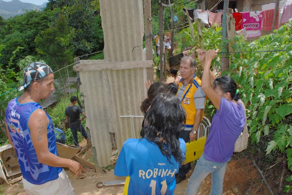 Equipe da Defesa Civil conversa com moradores do Rosário