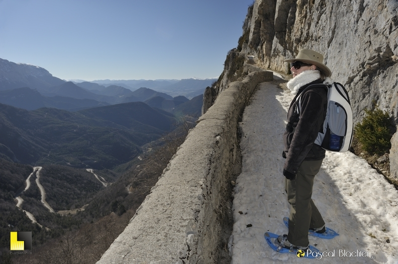valérie blachier profite du panoramique offert par le chemin muletier photo blachier pascal au delà du cliché