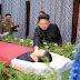 Το κλάμα του Κιμ Γιονγκ Ουν πάνω στο φέρετρο του συνεργάτη του