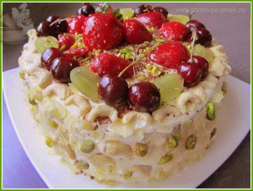 Украшенный ягодами торт на блюде