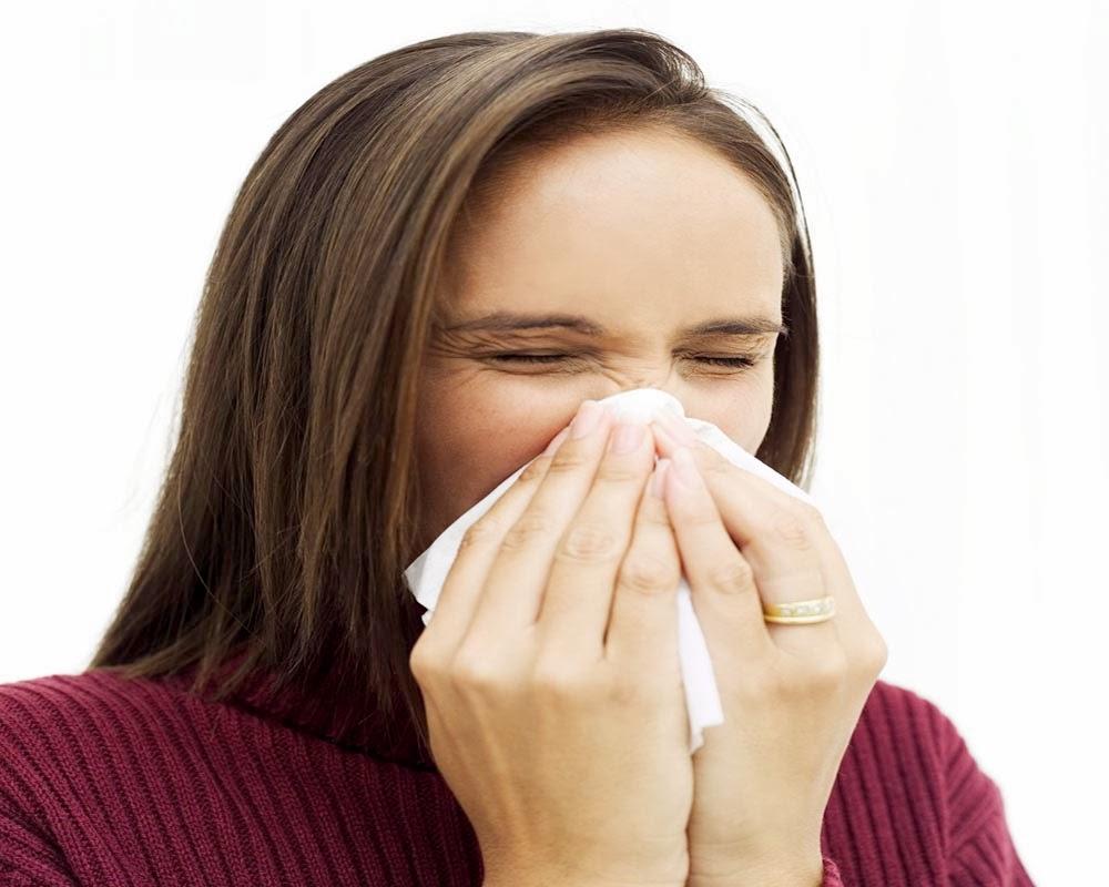 Chica estornudando
