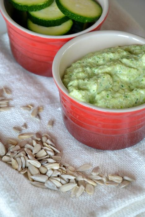 pasta al pesto di zucchine alla menta con semi di girasole e ricotta salata