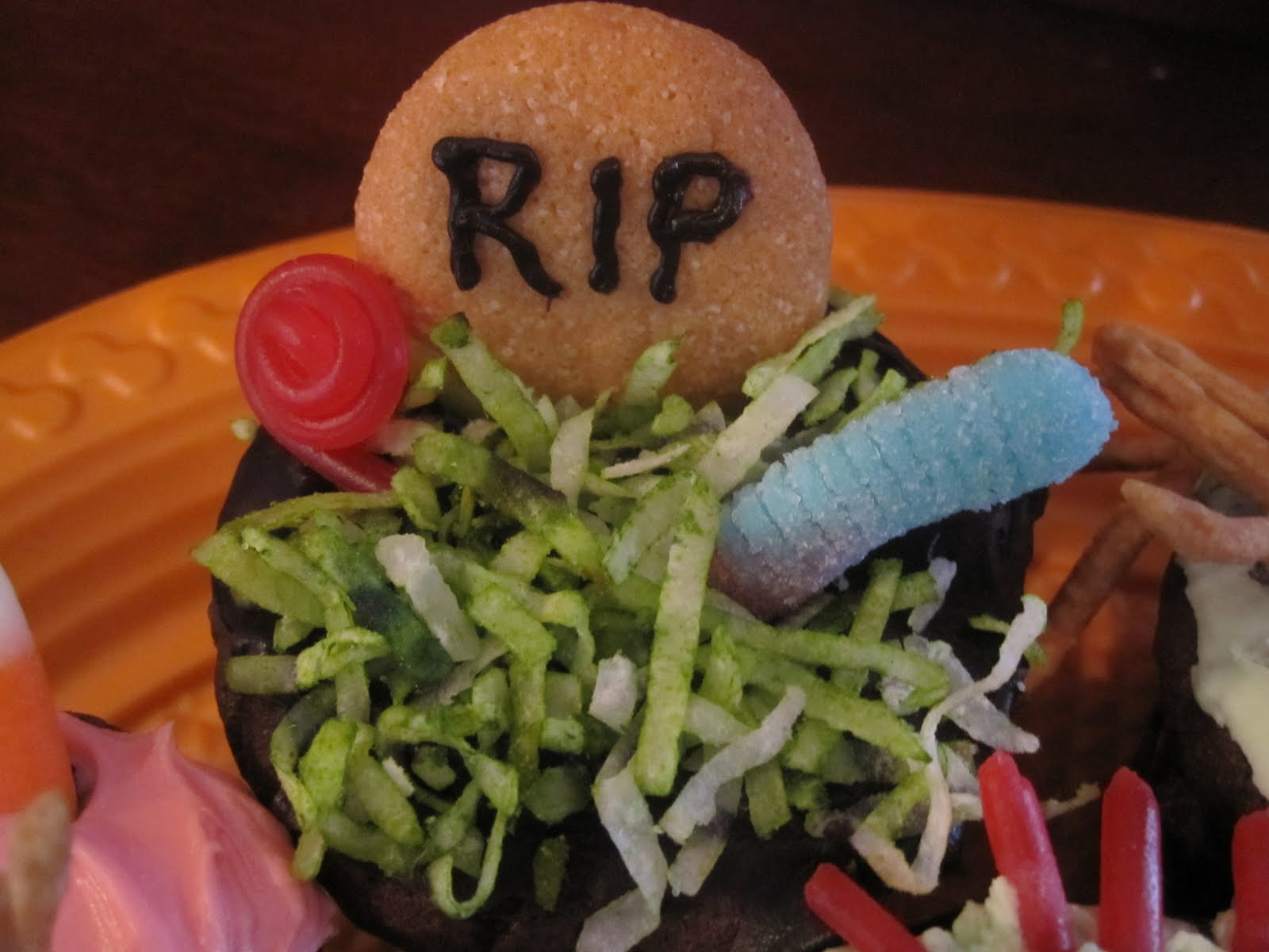 Halloween Cupcake Decorating Ideas Gummy Worms : Halloween Cupcake Decorating Ideas Gummy Worms - neighbor ...