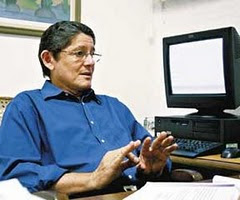 Batista de Lima aprecia livro ÂNFORA DE SOL