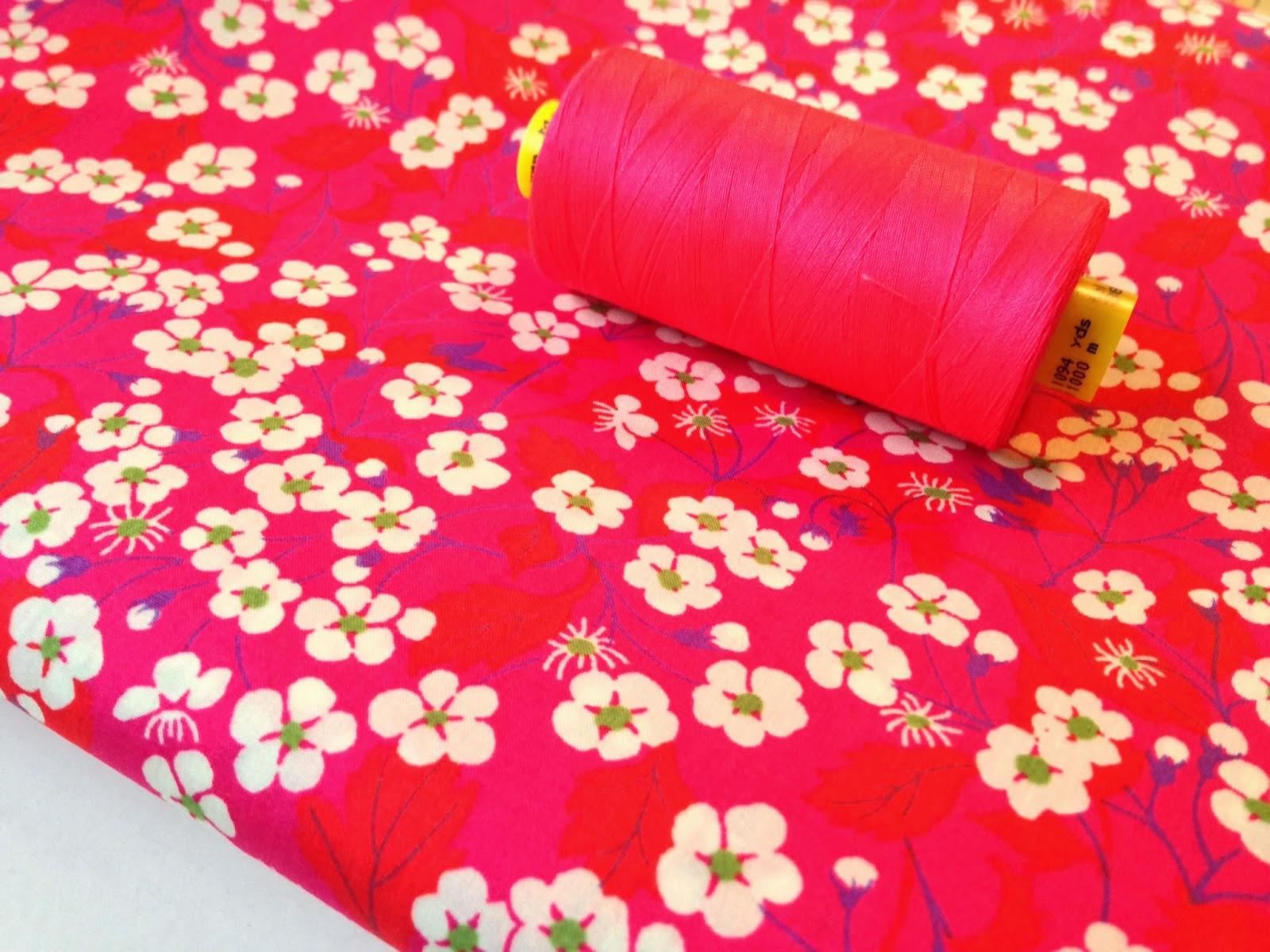 Pink version af Liberty Mitsi sammen med matchende neon pink sytråd fra Gütermann.