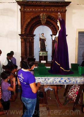 Enquanto a imagem de Maria permanece na Igreja da Ordem Terceira do Carmo, também conhecida como Igreja  do Senhor dos Passos, fieis fazem fila para cumprir o tradicional ritual de passar abaixo da mesma