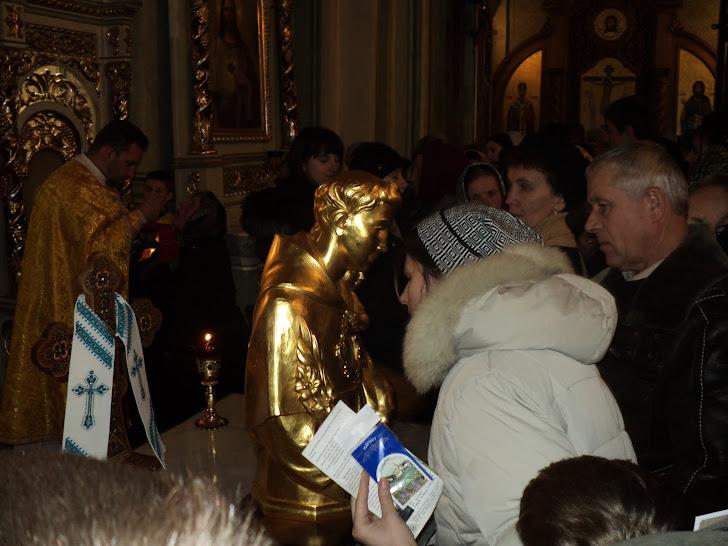 Паломники прикладаються до мощей св.Антонія Падевського