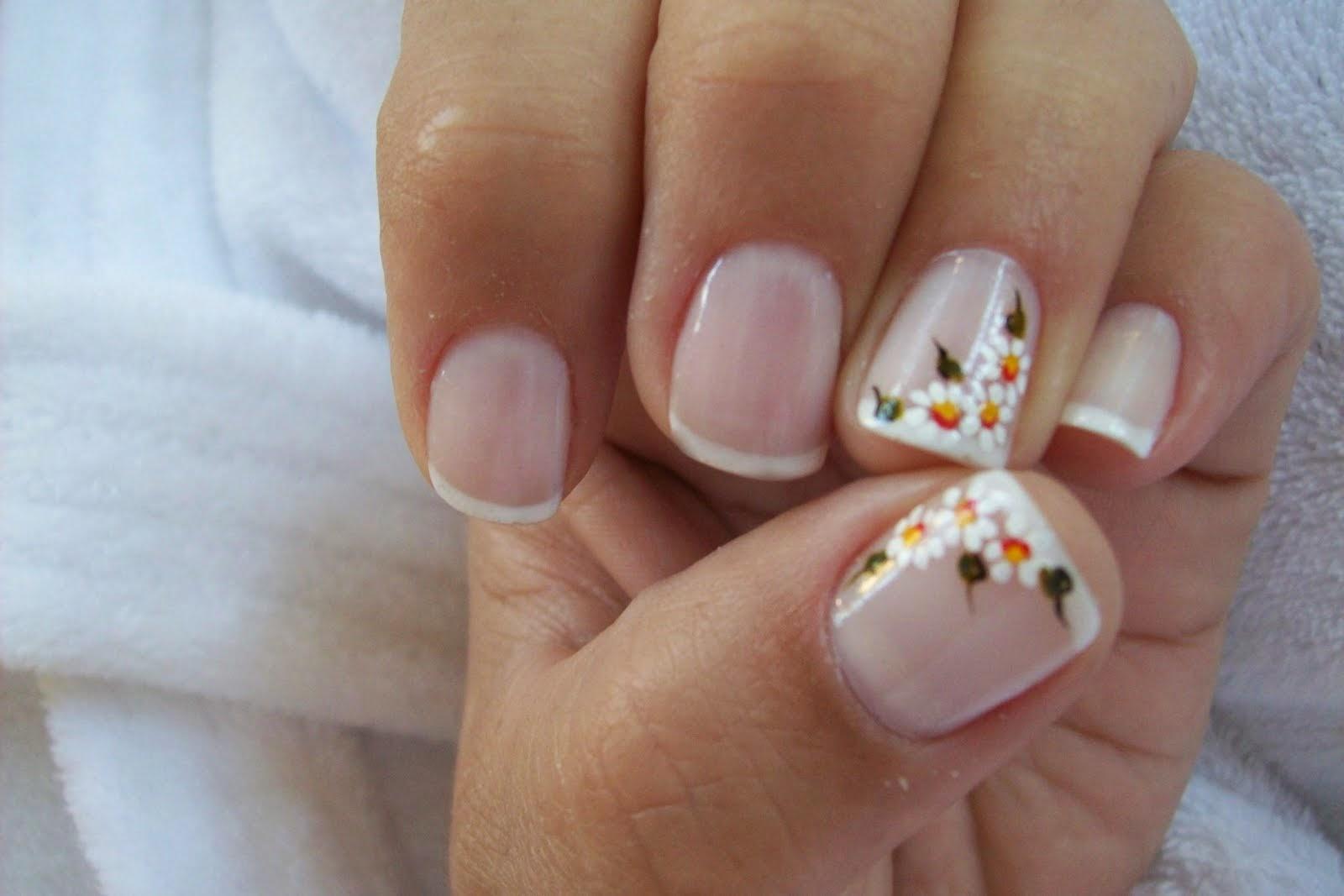 Sencillo pero lindo decorado de uñas con flores, ideal para una ocasión especial