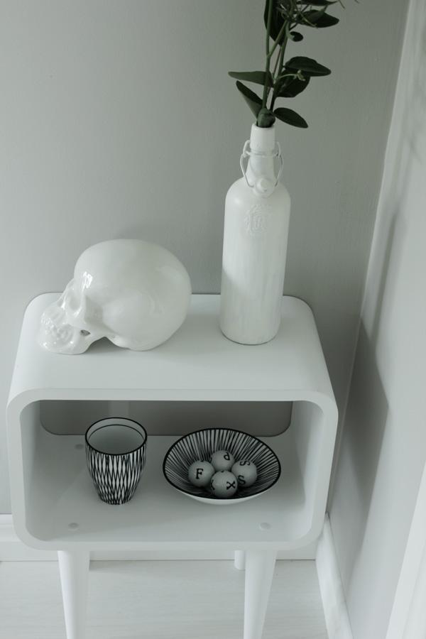 vitt, vit döskalle, porlinskranium, vit sprayad flaska, svart och vitt porslin, inredning i svart och vitt, vitt litet bord från Village