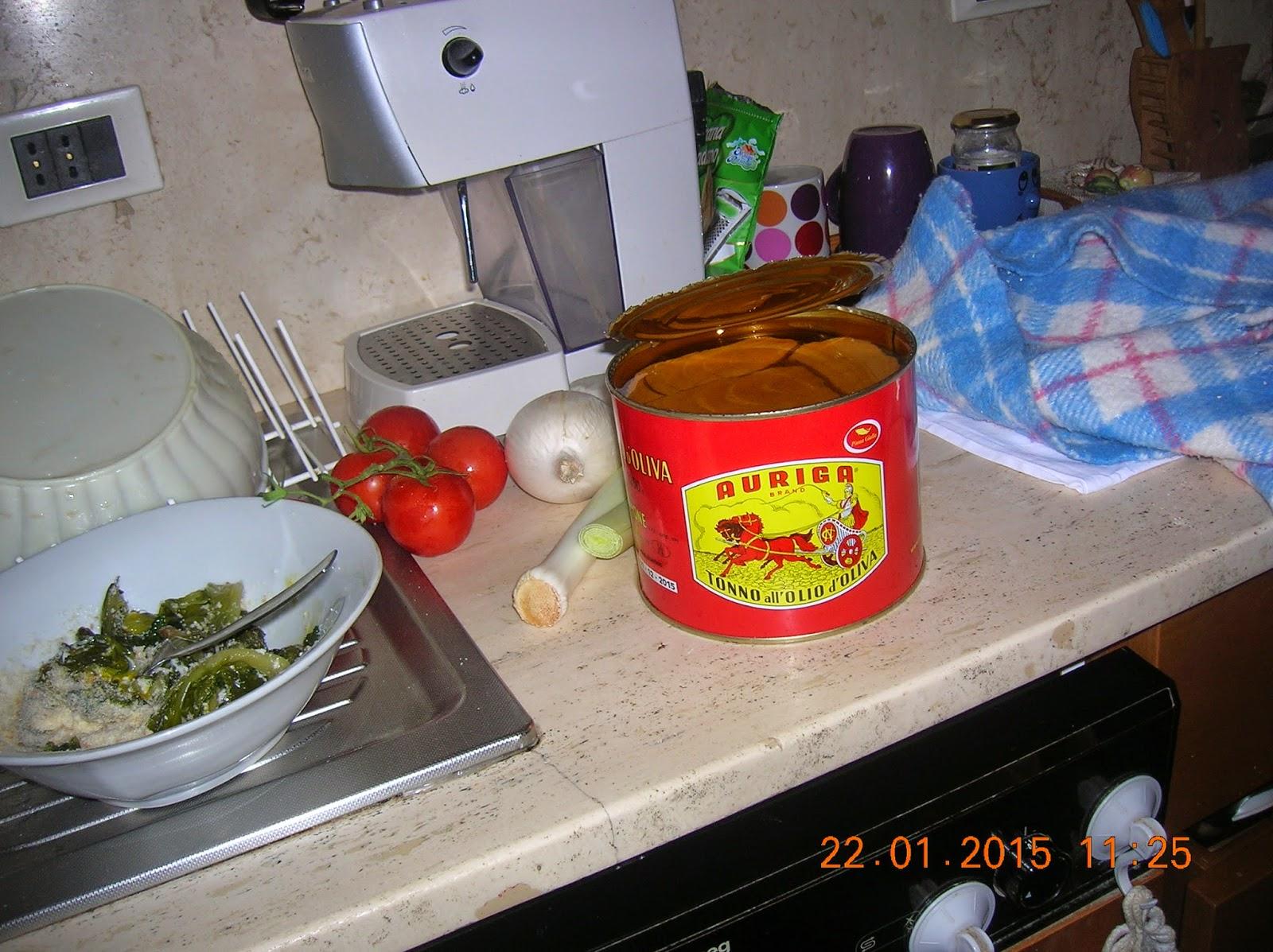 focaccia al tonno e cipolle e mustazzeddu  con pomodoro fatti  con lievito di birra secco
