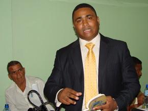 Denuncia Juan López aboga por desalojar al sector Ribera del Ozama