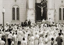 Anos 1960 - Milhares de populares defrone à Igreja Matriz em festas religiosas.