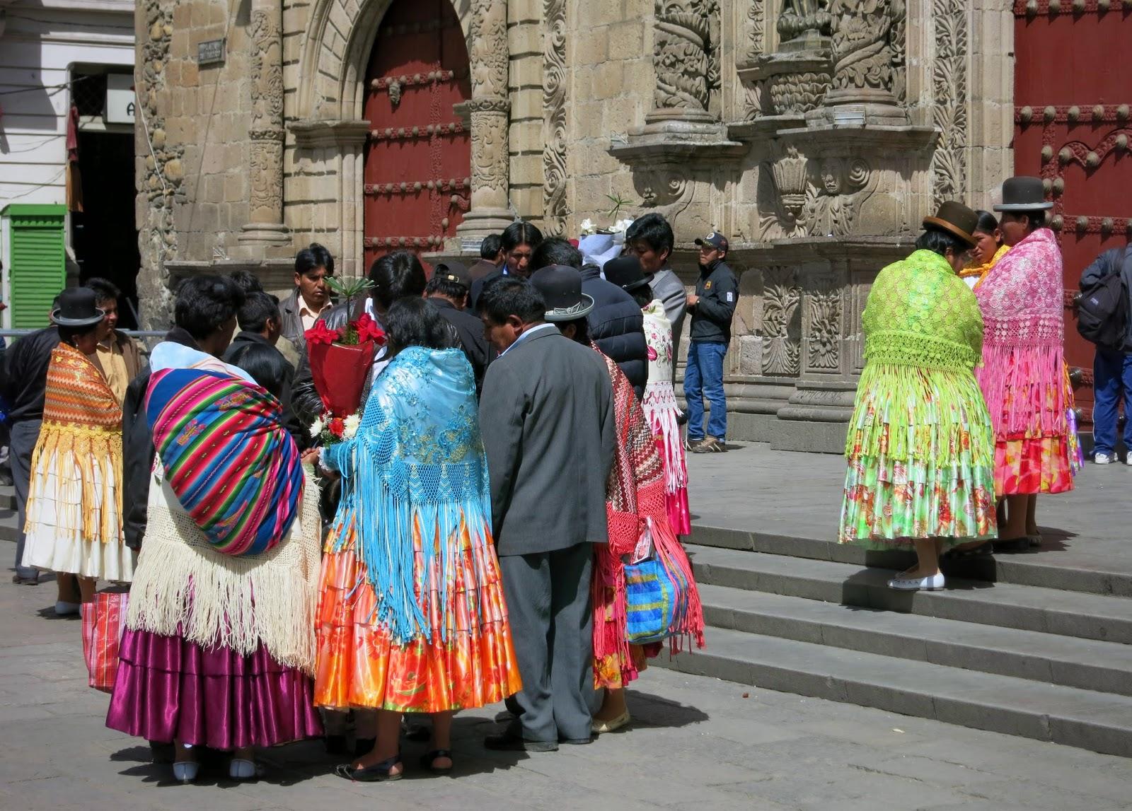 Locales antes de entrar a la iglesia en La Paz