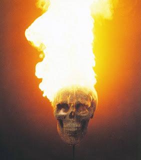 escultura de una calavera con fosforos o cerillos en llamas