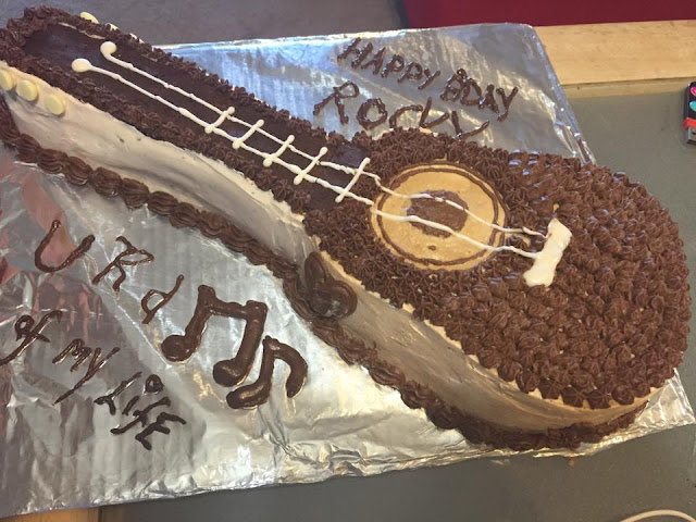 how to bake a acoustic guitar cake, guitar cake, birthday cakes, simple easy cake