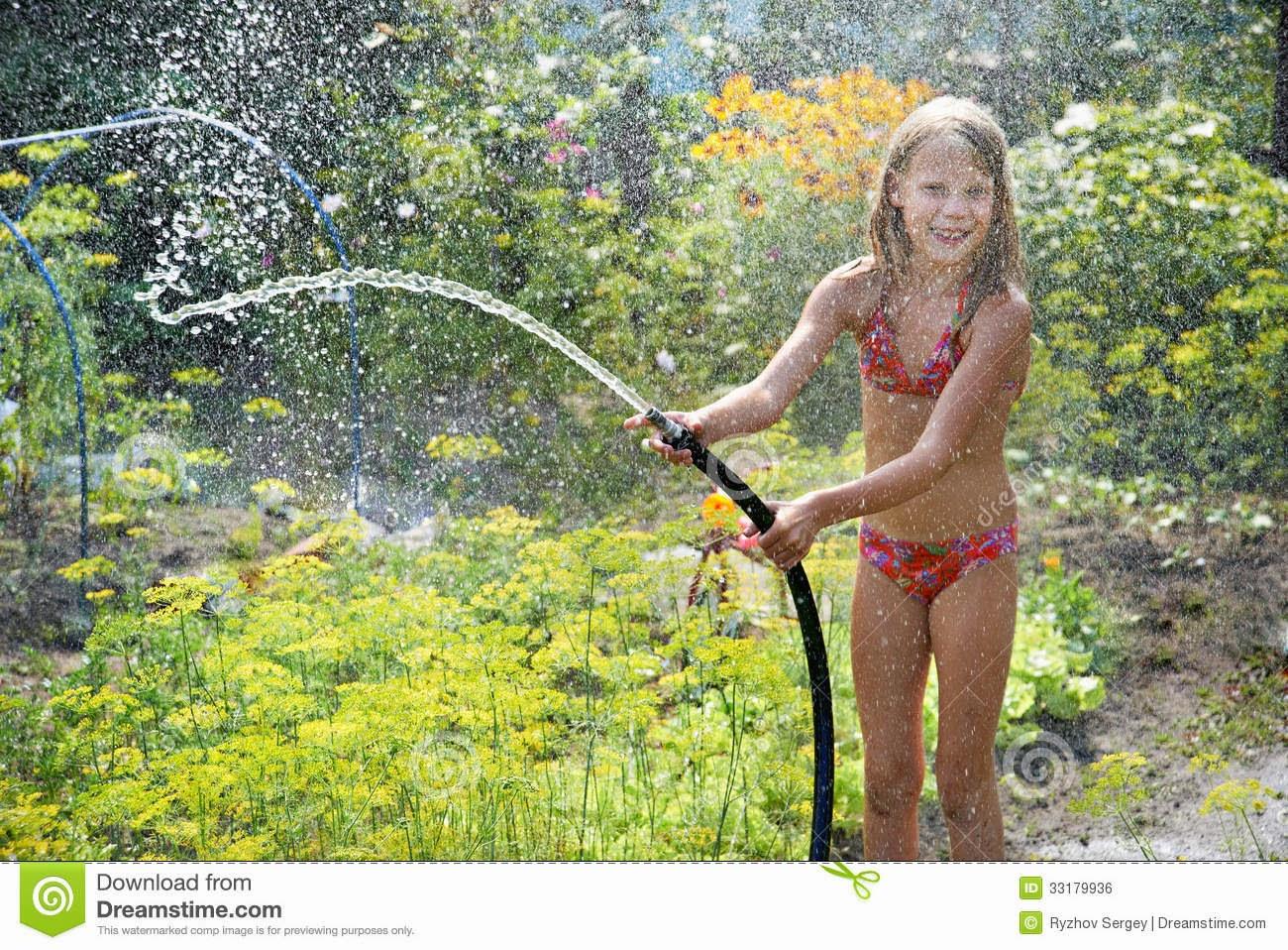 Крошка вставила подружке в попку шланг с водой что бы та пустила струю