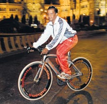 Vinod Punamiya photo, Vinod Punamiya picture, Non stop cycling world record 2011, fastest cycling world record, Vinod Punamiya Limca Book of Record, Non stop cycling video, Vinod Punamiya cycling video
