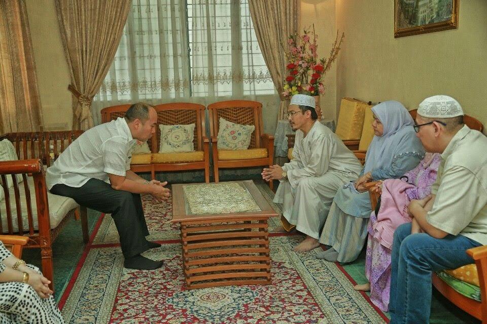Gambar Tengku Mahkota Kelantan Ziarah Keluarga Dan Pusara Nik Aziz