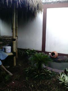 nuansa alami kolam minimalis air mancur dengan saung bambu