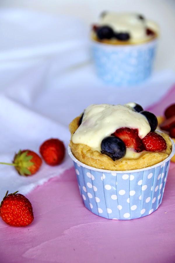 Törtchen Rezept mit Erdbeeren, Heidelbeeren und Pudding