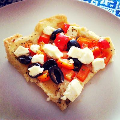 Tarta z papryką, czarnymi oliwkami i serem feta