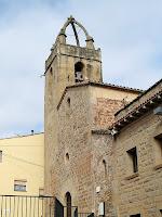 La façana principal i el campanar de l'església de Sant Fruitós de Bages