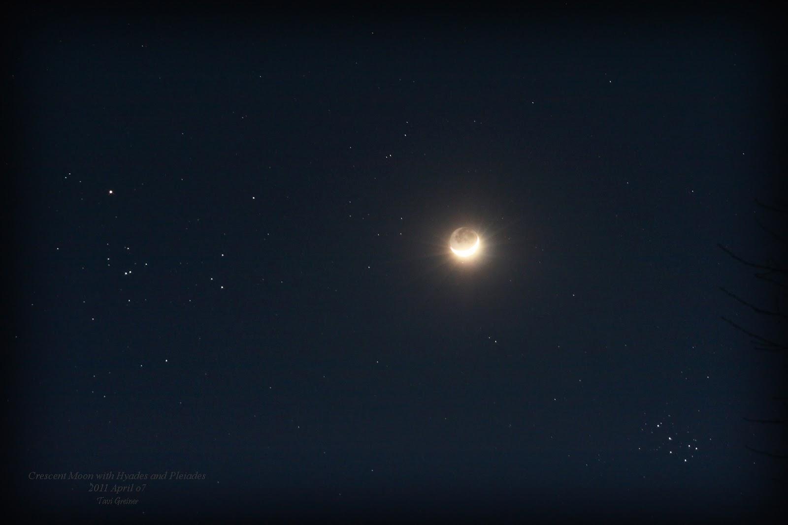 Trăng non đầu tháng cùng vơi cụm sao Hyades ở bên trái và cụm sao Pleiades ở bên phải vào ngày 7 tháng tư năm 2011. Tác giả : Tavi Greiner.