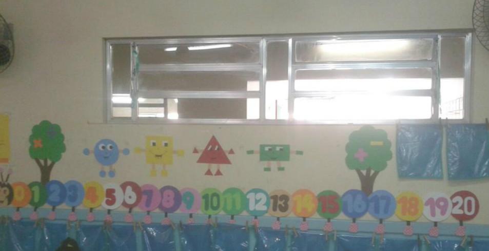 Decoração sala de aula numerais centopeia e formas geométricas