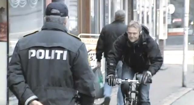 Policiais abordam ciclistas com abraço