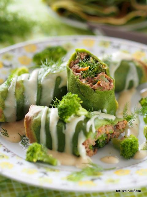 zielone naleśniki , wołowina , warzywa , sos serowy , obiad